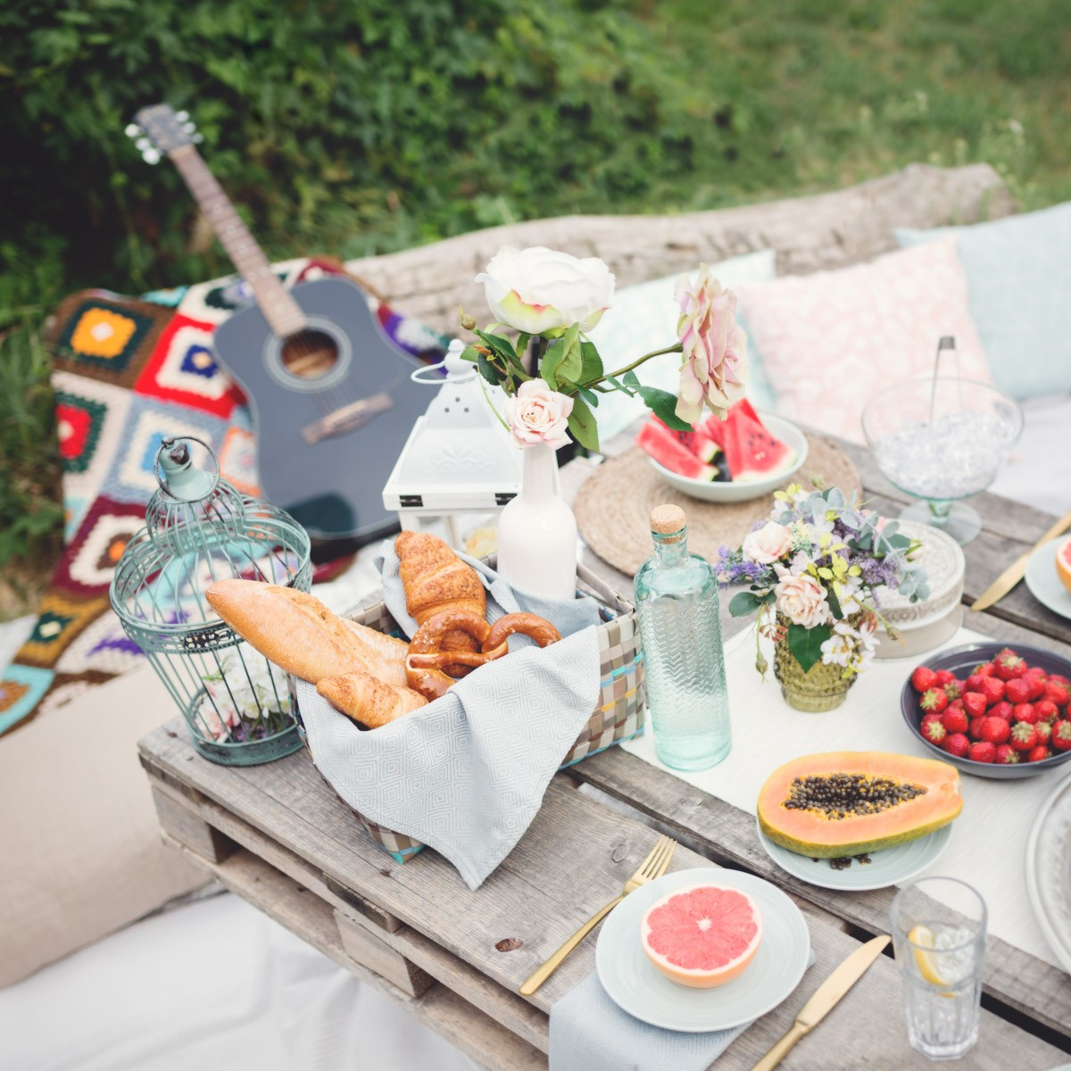 If you are planning a garden party be inspired by these treasure trove of quick and easy ideas for creative bohemian style table setting here. & Bohemian Style Table Setting Tips | SolaSwiss.com